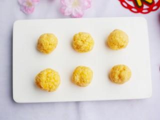 松软香甜的米粉小软饼,分成大小均等的小剂子搓成圆球。
