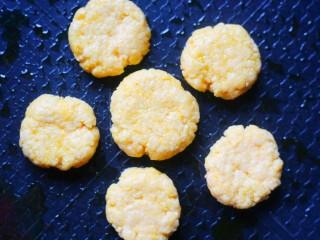松软香甜的米粉小软饼,用锅铲背压成扁圆。