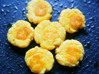 松软香甜的米粉小软饼,烙至两面金黄。