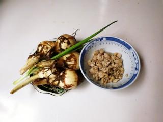 #猪五花肉#肉末茨菇丁,准备好茨菇,青蒜,提前炒好的五花肉肉末