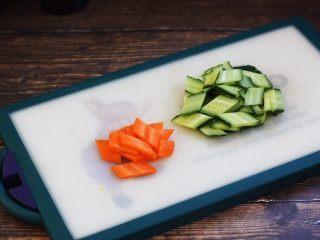 虾仁笃面筋(天津菜),将胡萝卜和黄瓜切成片。