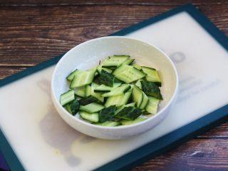虾仁笃面筋(天津菜),黄瓜切片后用少许盐腌1分钟左右,然后用清水把盐份清洗下去,这样能使炒后的黄瓜脆爽。