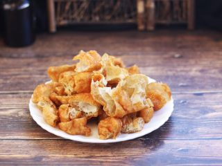 虾仁笃面筋(天津菜),将油面筋用手撕成核桃快大小。