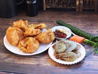 虾仁笃面筋(天津菜),准备好食材。