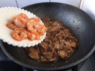 虾仁笃面筋(天津菜),倒入炒好的虾仁,翻炒均匀。
