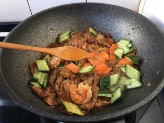 虾仁笃面筋(天津菜),淋入1小勺的花椒油。