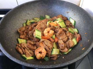 虾仁笃面筋(天津菜),翻炒均匀,关火,盛出装盘。