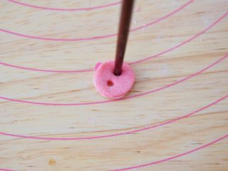 小猪花生流沙汤圆,然后取一片圆形,用筷子扎出猪鼻孔,如图