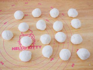 小猪花生流沙汤圆,白色面团分成20克为一份揉圆备用
