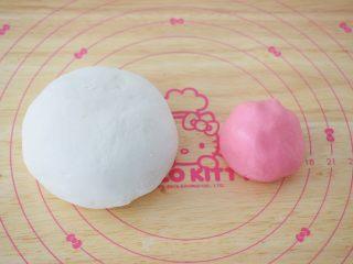 小猪花生流沙汤圆,糯米粉分成两份,一份200克加入开水160克揉成光滑的白色面团,一份50克加入红丝绒液和开水40克揉成光滑的粉色面团备用