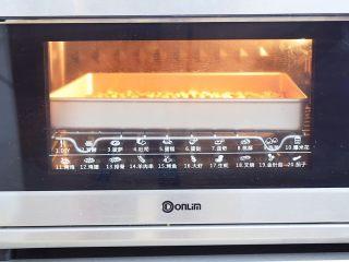 小猪花生流沙汤圆,花生洗净晾干后放入东菱烤箱上下火150度,中层烤10分钟