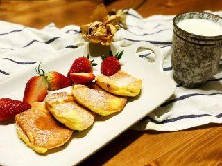 浅湘食光&日式舒芙蕾松饼,出锅摆盘,撒上糖霜、糖浆....