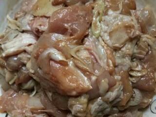 鸡腿肉炒香菇~很鲜哦!,加一勺酱油,一勺蚝油,一勺料酒,少许胡椒粉,一半葱丝,一点姜丝,腌制一会 目的就是去腥入味些,这些可按个人口味添加