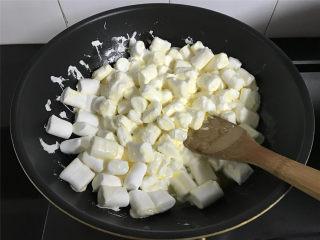 蔓越莓牛轧糖,黄油融化后放入棉花糖翻拌一下让棉花糖都沾上黄油。