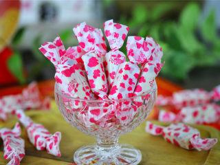 蔓越莓牛轧糖,最后可用自己喜欢的糖纸包起来。