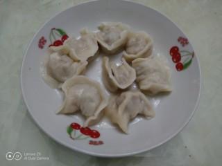 羊肉大葱饺子,捞入盘中。