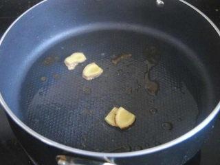 胡萝卜炖排骨,起锅,热油,放入冰糖小火融化成糖水,并放入姜片煸炒出香;