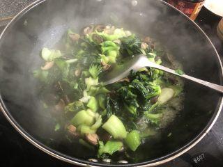 香菇炒青菜,炒至水沸腾后再煸炒一分钟就可以,调入少量鸡精就能出锅了。