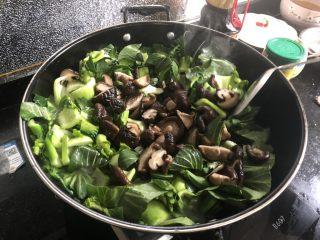 香菇炒青菜,翻炒几下以后加入香菇,加大约2茶匙盐,盐可以少量多次添加,根据菜量适量增减。