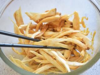 烤杏鲍菇,拌匀腌制十五分钟