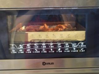 烤杏鲍菇,烤箱预热200度,中层上下火烤20分钟