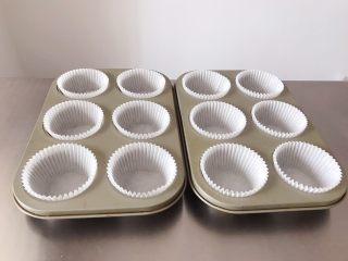 猪猪椰蓉小面包,准备好平时做纸杯蛋糕的模具,放入油纸。