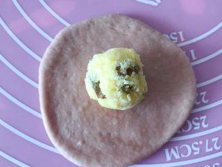 猪猪椰蓉小面包,擀成面皮,放入椰蓉内馅。