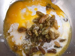 猪猪椰蓉小面包,把融化好的黄油和其他材料一起混合均匀。