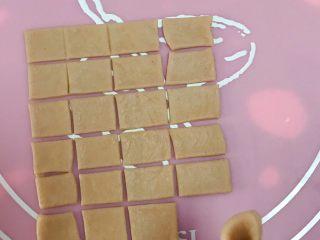 猪猪椰蓉小面包,用刀切成方形,切24块。