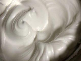 菠菜戚风蛋糕,打发至中性发泡,提起蛋头有直立小尖角