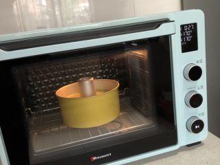 菠菜戚风蛋糕,送入预热好的烤箱,底层,170度烤25分钟左右