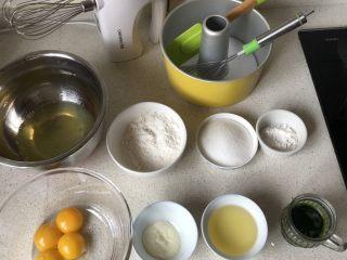 菠菜戚风蛋糕,其他材料备好,烤箱预热170度