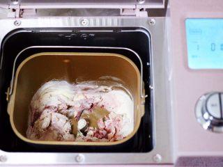 中国结花样馒头,把称重过的面包桶放入东菱面包机里,开启和面模式进行和面。