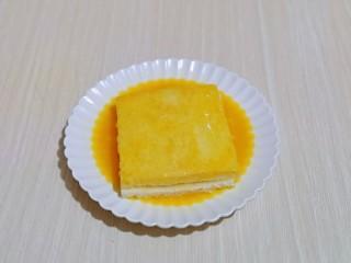 快手早餐~香蕉酸奶三明治,放入打散的蛋液盘中,将吐司的两面及四边均匀裹上蛋液。