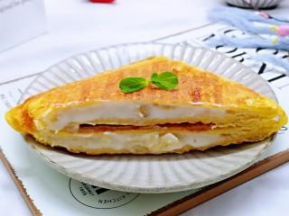 快手早餐~香蕉酸奶三明治,近看,营养均衡的早餐~外酥里软,好吃到没朋友。