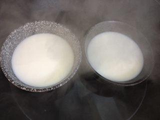 双皮奶,倒入两个碗里隔水加热至牛奶冒泡微微沸腾