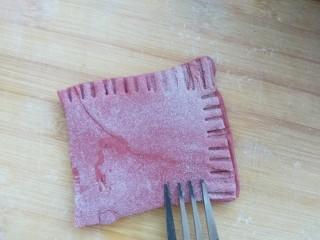 花样面食-福袋,用叉子把三个边压一下