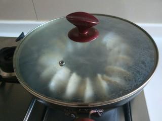 蛋包饺子  新文美食,倒入半碗冷水,盖上锅盖焖5分。