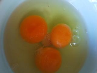 蛋包饺子  新文美食,鸡蛋3个,要打的均匀才好。