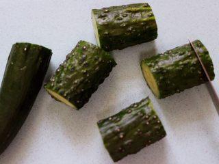 清新养眼的翠竹报春,现在开始做黄瓜盅,在黄瓜的两边切出约1厘米左右深度的薄片。