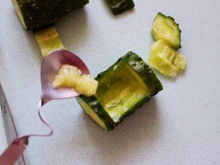清新养眼的翠竹报春,把黄瓜里面的瓤挖空,这样黄瓜盅就做好啦。