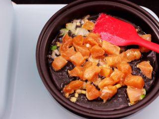 清新养眼的翠竹报春,加入腌制好呢鸡胸肉,大火进行翻炒片刻。