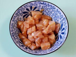 清新养眼的翠竹报春,装入碗中,加入料酒和适量的盐调味,再加入生抽和淀粉抓拌均匀,腌制10分钟。