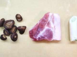 猪肉大虾煎饺,猪肉洗干净,干香菇提前泡发
