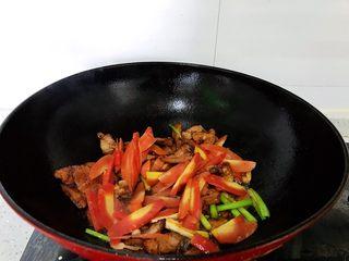 #猪五花肉#胡萝卜回锅肉,加入胡萝卜继续翻炒半分钟左右。