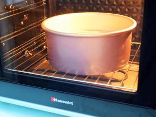 戚风蛋糕,放入预热好的烤箱,上下火155度,下层55分钟,烤好马上取出震一下,然后倒扣晾凉再脱模;
