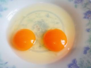 炒馒头丁(鸡蛋馒头),鸡蛋打入盘中