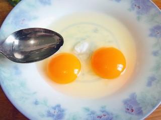 炒馒头丁(鸡蛋馒头),加入适量凉白开水