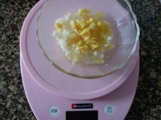 虎皮青椒酿肉,生姜和大蒜切成小粒,用20克开水泡一会儿