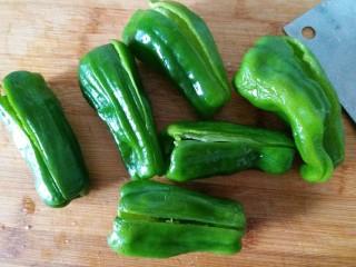 虎皮青椒酿肉,青椒清洗干净,把辣椒籽的去除干净!左手拿着青椒,右手把辣椒把往里面推,再拉出来,辣椒所有的籽都会带出来。然后从侧面切口,不要切断哦!